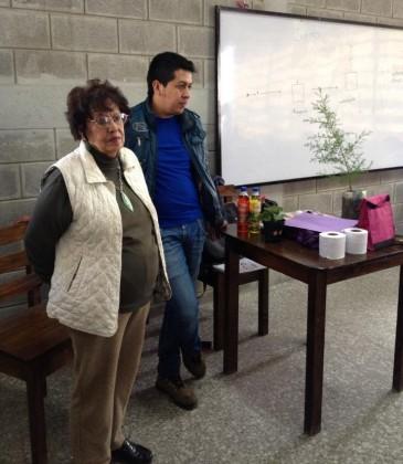 Olga Alfaro haciendo entrega de los árboles en una escuela de Huehuetenango. Foto: Olga Alfaro Huehuetenango Verde)