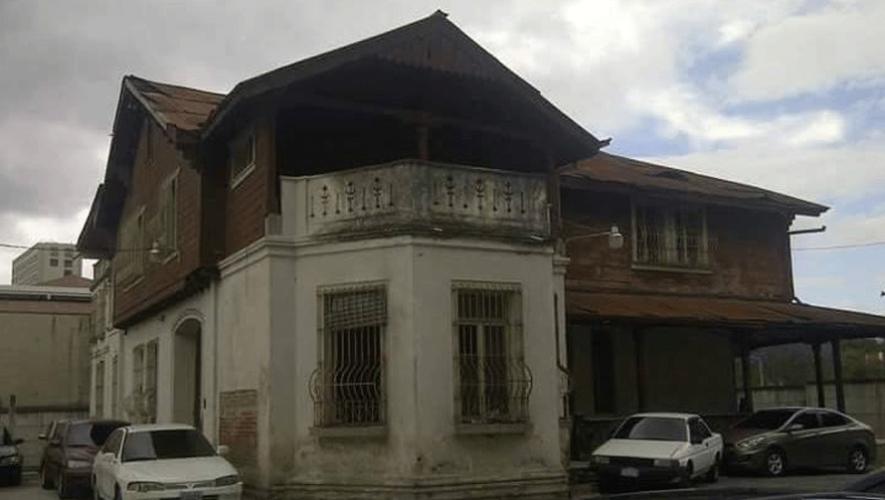 Exterior de la casa ubicada dentro de un parqueo en la zona 10. (Foto: Gilberto Soto)