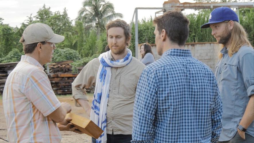 Los integrantes de Maroon 5 y Guster aprendiendo acerca de los bosques en Guatemala. (Foto: EIA)