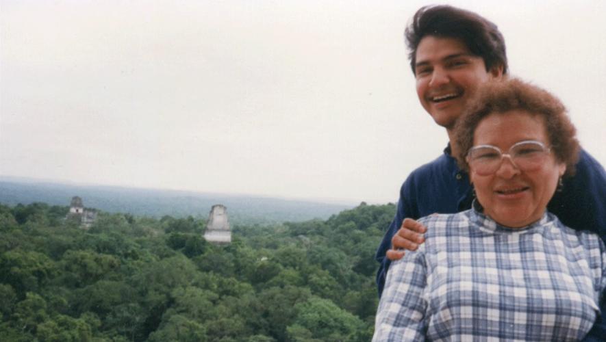 Edgar Figueroa junto a su madre en Tikal. (Foto: Hispanic Scholarship Fund)