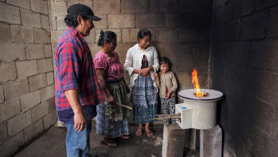 El EcoComal creado por Marco Tulio Guerra permite cocinar de una manera más saludable y ecológica. (Foto: Lynn Johnson)
