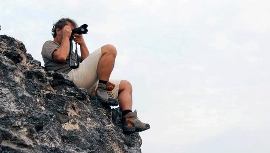 El periodista español Paco Nadal fotografiando desde El Mirador en Guatemala. (Foto: Paco Nadal)