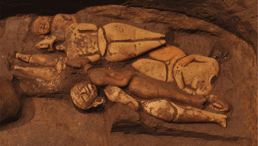 Arqueólogos guatemaltecos descubrieron una tumba de 2,500 años en Takalik Abaj. (Foto: Archaeology Magazine)