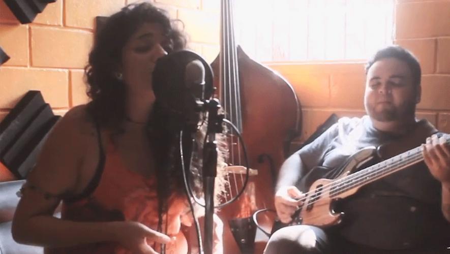 Raysa Morales y Jorge Soberanis interpretando Seven Nation Army. (Foto: Captura YouTube)