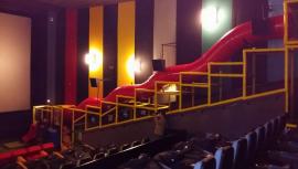 Un resbaladero gigante dentro de la primera sala de cine para niños en Guatemala