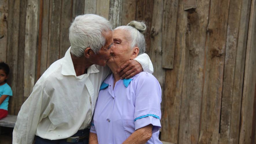 La pareja demostró que no hay un límite de edad para encontrar el amor. (Foto: NotiSur Petén)