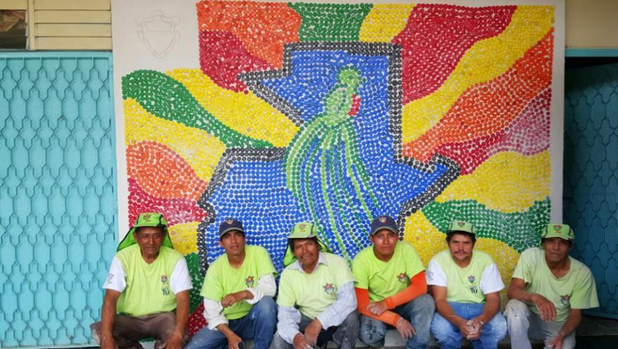 Trabajadores de la Alcaldía Auxiliar Zona 6 construyeron un mural con tapitas recicladas. (Foto: Alcaldía Auxiliar Zona 6)
