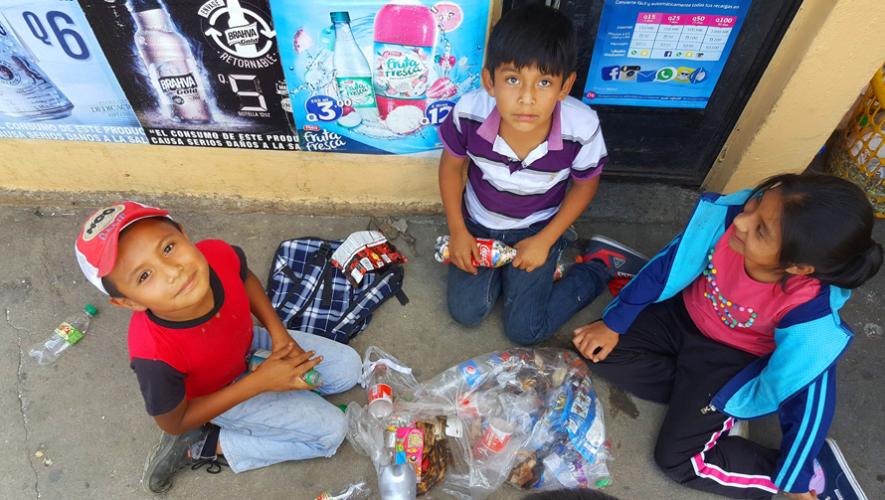Los pequeños recolectan empaques para crear ecoladrillos y cambiarlos por útiles escolares. (Foto: Biblioteca Lic. Bernardo Lemus Mendoza)