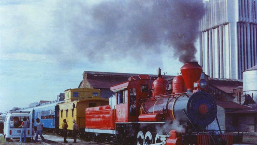 """""""El tren de la alegría"""" que recorría de la Ciudad de Guatemala hacia Amatitlán (Foto: Saul Lima D en Fotos Antiguas de Guatemala)"""
