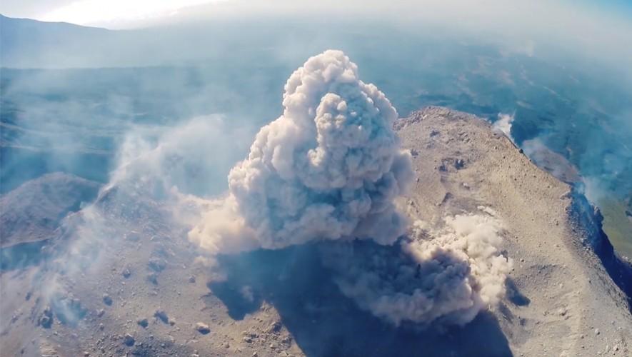 El preciso momento en el que el volcán Santiaguito comienza su erupción. (Foto: Zach Voss)
