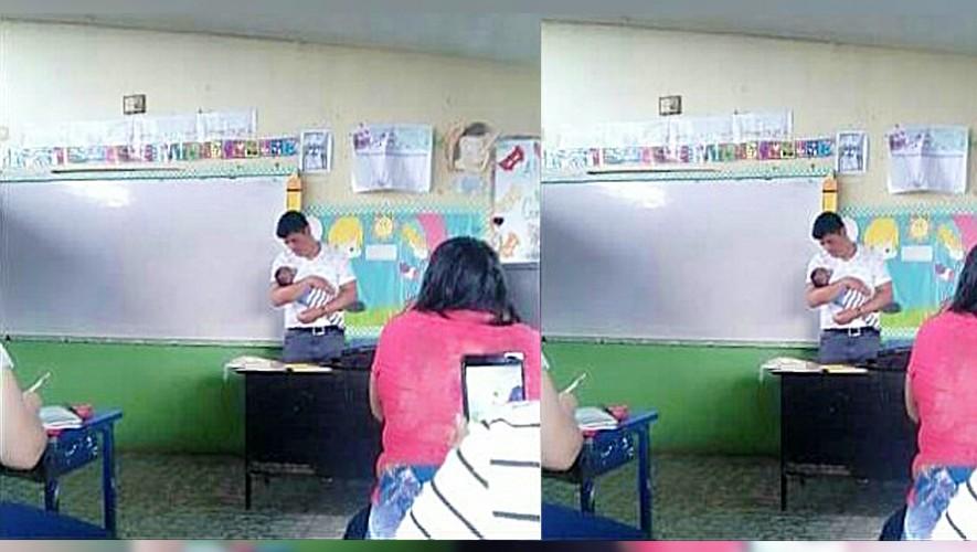 Un catedrático en Santa Lucía Cotzamlguapa sostiene al bebé de su alumna para que pueda seguir tomando nota. (Foto: Hector Vitery Garcia)