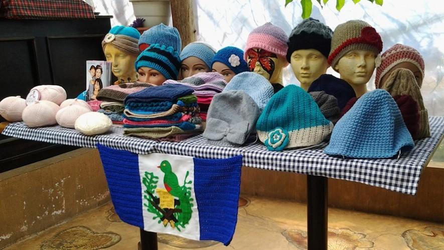 Mujeres tejedoras entregaron 80 gorros hechos a mano para pacientes con cáncer. (Foto: Dokuma Guatemala)