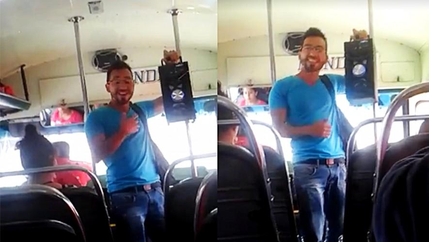 Don Poli es el joven guatemalteco que se sube a los buses para promocionar su música. (Foto: Don Poli)