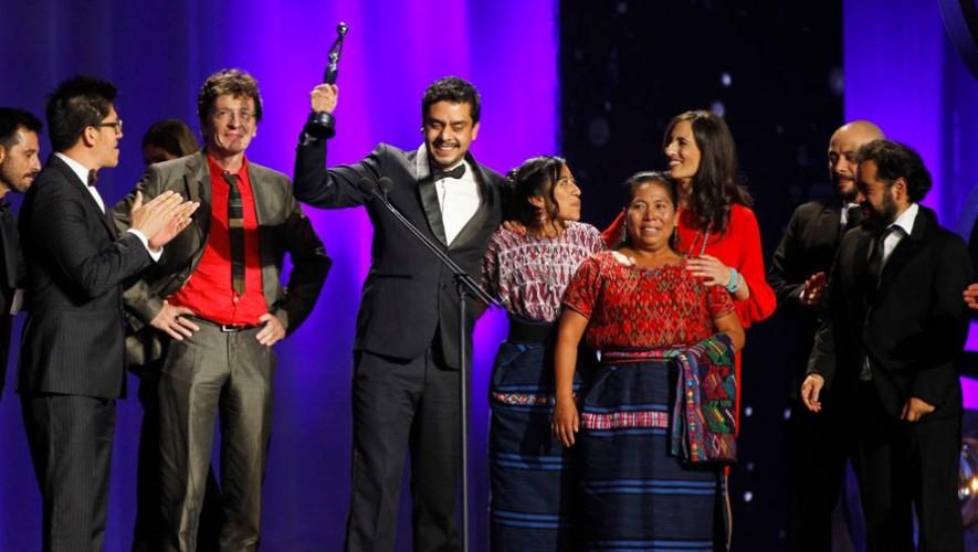 El equipo de producción de la película guatemalteca Ixcanul recibe el galardón de Mejor Ópera Prima. (Foto: Ixcanul)