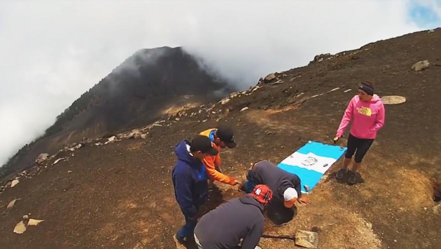 Un grupo de jóvenes hicieron la primera parrillada en la cima del Volcán Acatenango. (Foto: Pappy's BBQ)