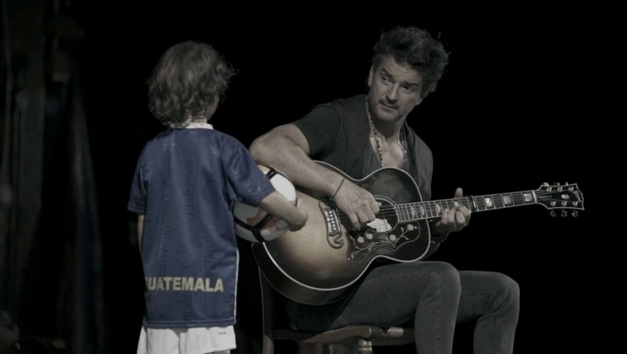 El nuevo video de Ricardo Arjona presenta a su hijo con el uniforme de la Selección de Guatemala. (Foto: Captura Ricardo Arjona / Nada Es Como Tú)