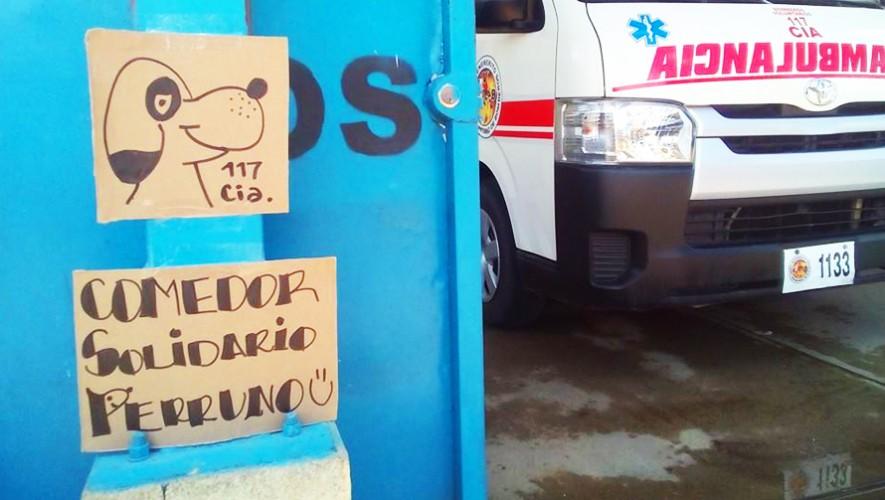 La Compañía 117 de los Bomberos Voluntarios en San Perdro Ayampuc creó un comedor solidario para perros. (Foto: Patty Espinoza)