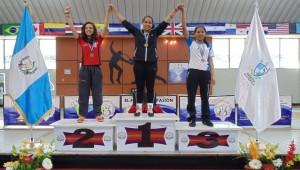 Premiación espada femenina. (Foto: Federación Nacional de Esgrima Guatemala)