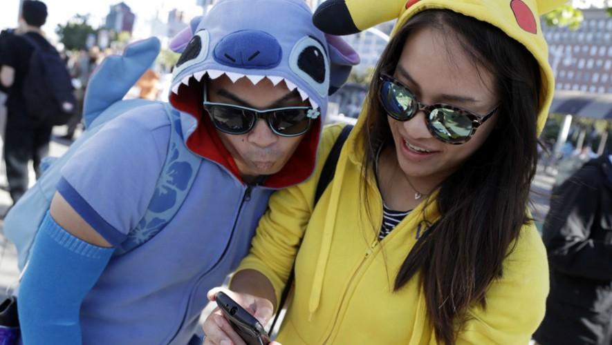 Asiste al primer festival para atrapar pokémones en la Ciudad de Guatemala. (Foto Marcio Jose Sanchez, AP)