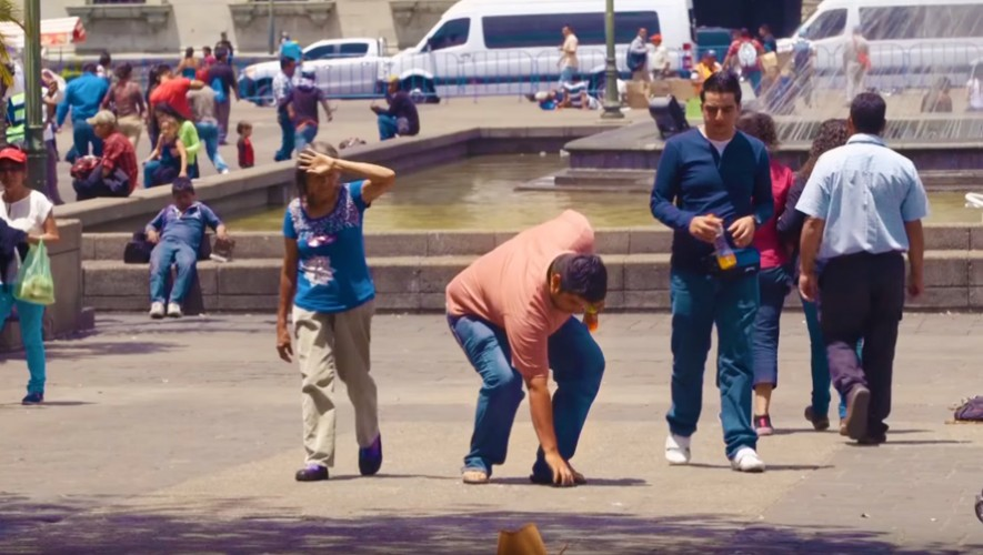 El experimento social #100Celulares demostró que los guatemaltecos son personas honestas.(Foto: Captura de YouTube)