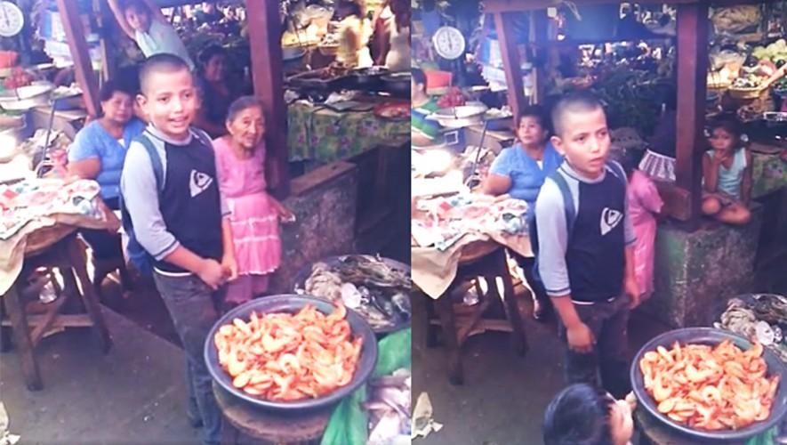 Un niño talentoso en Chiquimulilla se gana la vida cantando para vender su producto. (Foto: Captura/Luis Go)