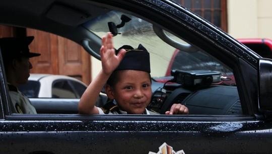 Niño con cáncer cumple su sueño de ser policía por un día en Guatemala