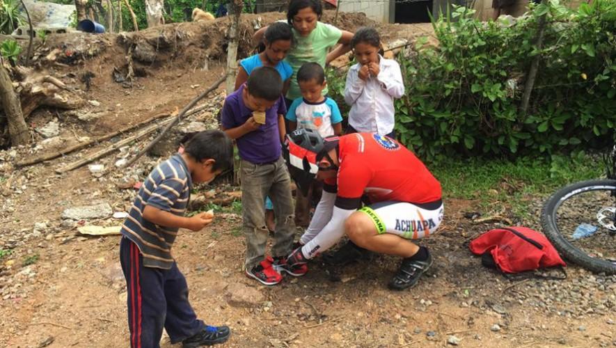Un grupo de ciclistas regalaron zapatos a niños de escasos recursos en Jutiapa. (Foto: José Efrain Pantaleon Zepeda)