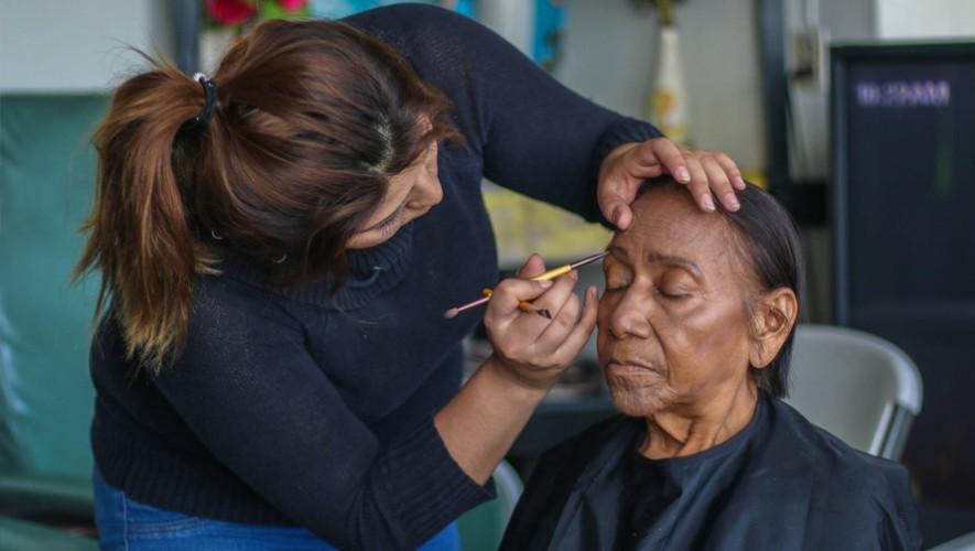 Estudiantes guatemaltecas de belleza visitaron el INCAN para realizar maquillajes y peinados. (Foto: Neto Bran)
