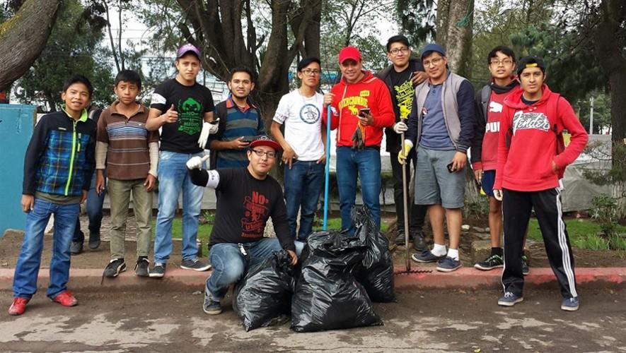 Jóvenes y niños salieron a las calles de Quetzaltenango para limpiar y jugar Pokemon Go. (Foto: En Contacto)