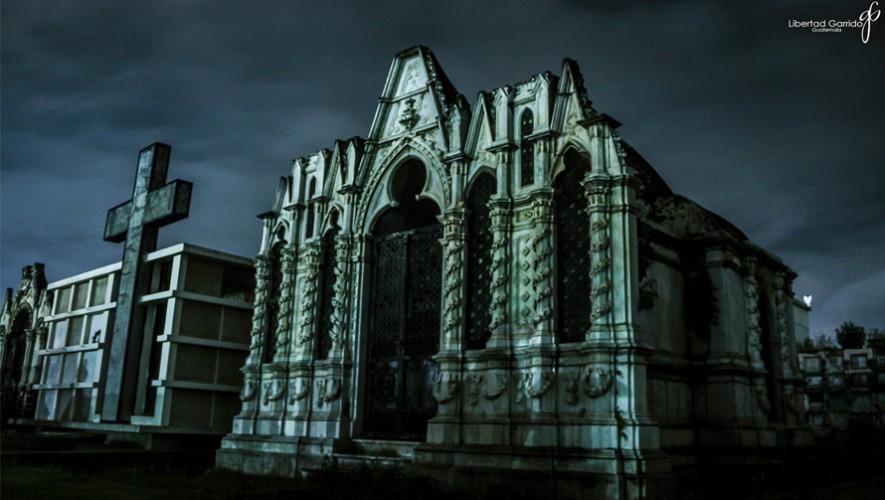 ¿Te atrevés a recorrer el cementerio de Xela en la noche? (Foto: Libertad Garrido)