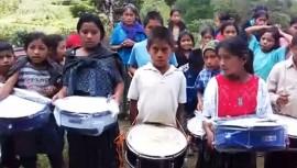Los niños de Cobán recibieron sus instrumentos musicales. (Foto: Captura Mercy Alvarado)