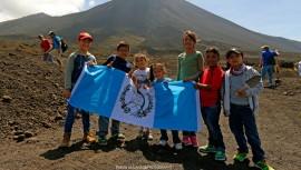 Celebra el Día del Niño a los pequeños que venden bastones en el Volcán de Pacaya. Foto: Marvin Grijalva)