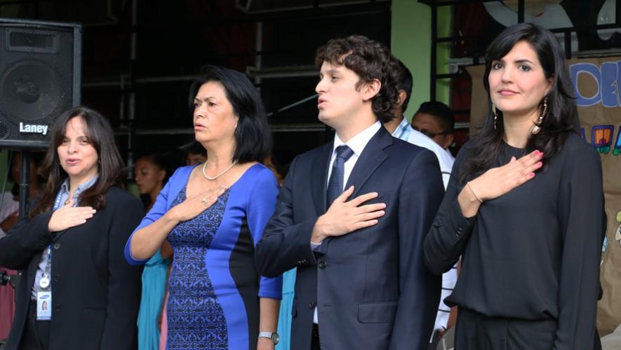 Sergio Flores cantando el Himno Nacional de Guatemala durante un acto cívico. (Foto: Guatemala.com)