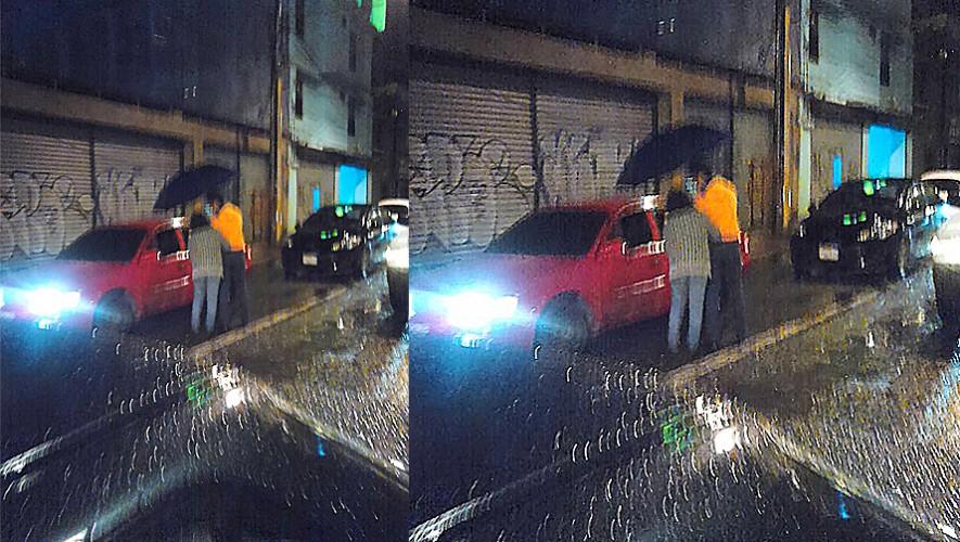 Mamá e hijo reparten comida a los conductores en la Calle Martí. (Foto: Olguier Arnulfo Hernandez)
