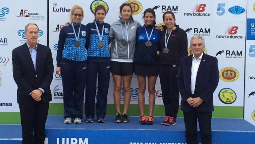 Sofía Cabrera y Ximena Diéguez -en medio y derecha de la foto- fueron las encargadas de abrir la participación de Guatemala en este Mundial. (Foto: COG)