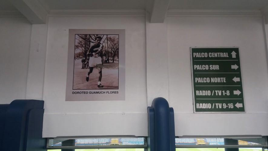 En la entrada del palco del estadio, se puede apreciar la fotografía del emblemático Doroteo Guamuch Flores. (Foto: Guatemala.com)