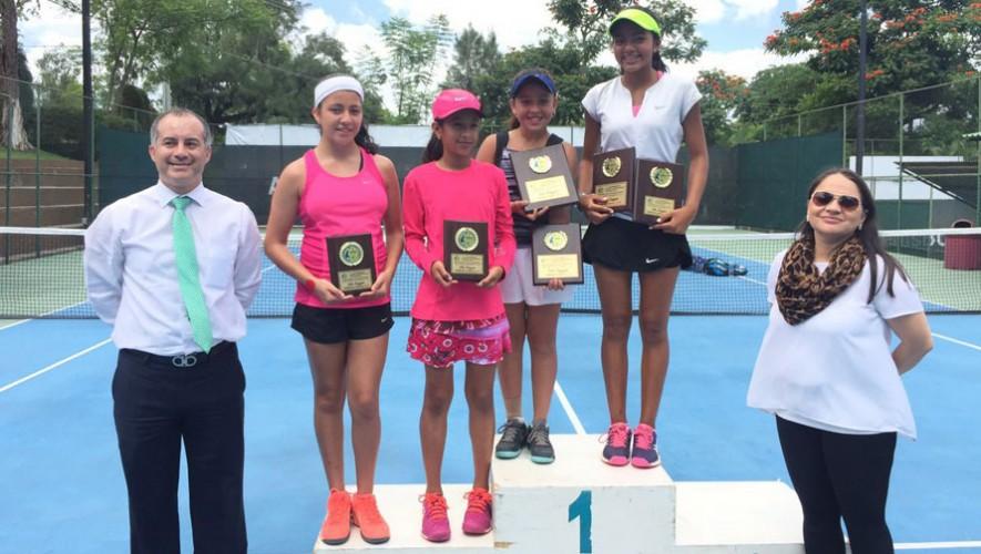 Gabriela Corre y Deborah Domínguez fueron las protagonistas del torneo femenino. (Foto: Federación Tenis de Campo Guatemala)