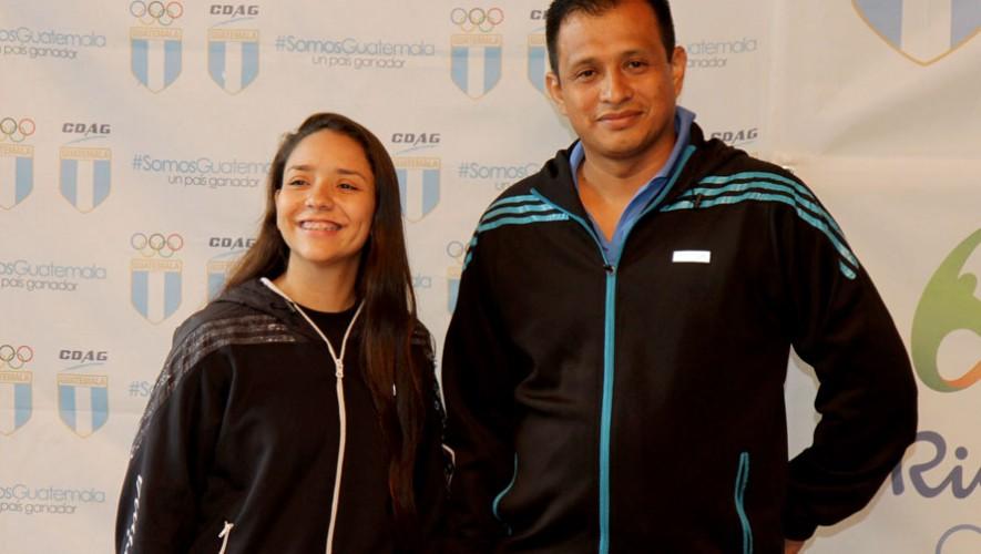La esgrimista fue juramentada junto a su entrenador, Víctor Santamaría. (Foto: COG)