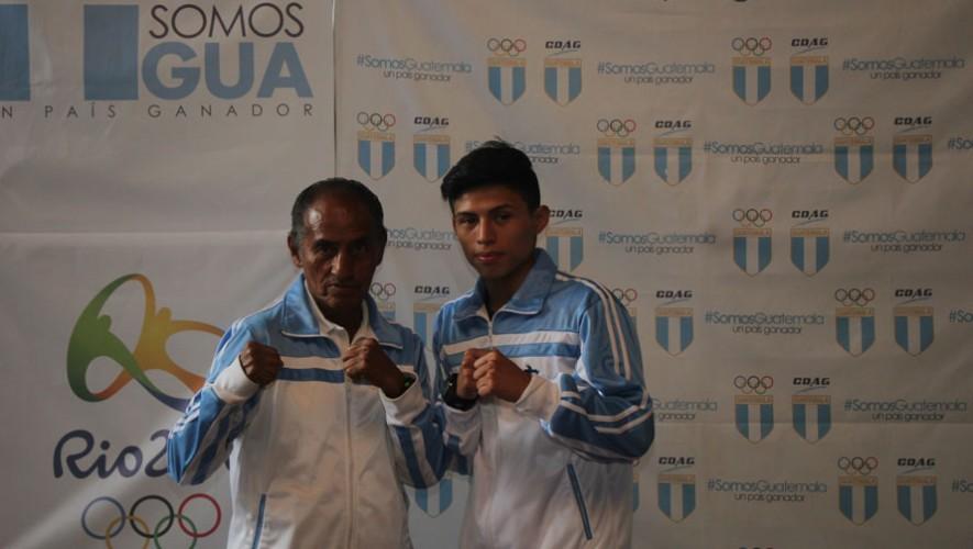 El boxeador guatemalteco estará acompañado por su entrenador, Carlos López. (Foto: COG)