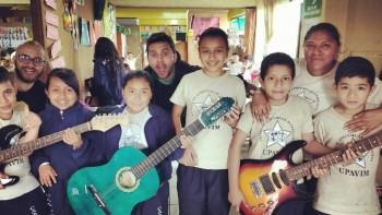 Skalda2 junto a los niños de Villa Nueva.