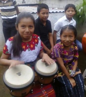 Niños de San Lucas Tolimán con los instrumentos donados por Skalda2.
