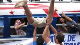 El fotógrafo guatemalteco Rudy Girón, captó el momento exacto en dónde intentan ingresar las personas al bus. (Foto: Antigua Daily Photo / Rudy Girón)