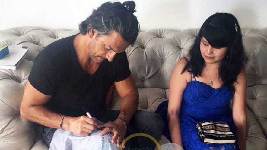 El compatriota compartiendo con la joven guatemalteca con cáncer. (Foto: Fundación Erick Quiroa, Alas por un sueño).