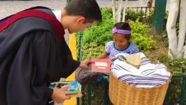 Joven guatemalteco toma el dinero de su graduación para regalar útiles escolares
