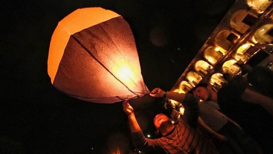 """""""Mensaje al cielo"""" Elevación de globos de papel iluminados en Antigua Guatemala   Octubre 2016"""