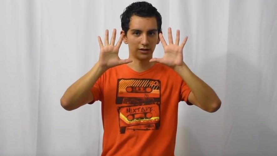 Héctor Aldana enseña a los guatemaltecos el lenguaje de señas a través de su canal de YouTube. (Foto: Captura YouTube)