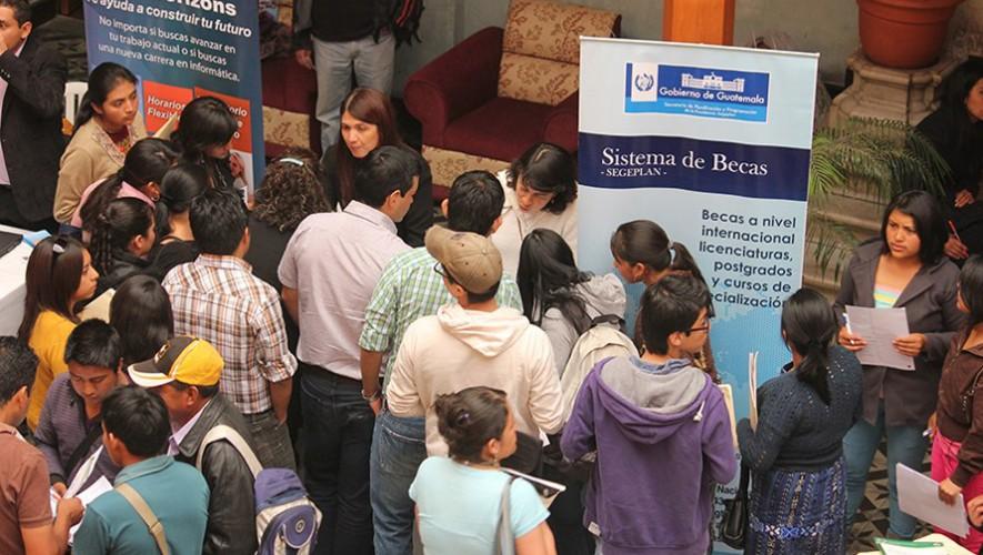 Asiste a la segunda feria de becas en inglés y de empleo para jóvenes.(Foto: Segeplan)