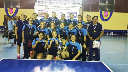 La selección femenina celebró nuevamente su monarquía en el balonmano de Centroamérica. (Foto: COG)