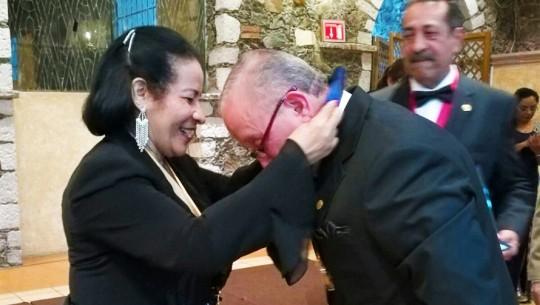 El Doctor Julio Cesar Alonzo Aceituno es galardonado por su aporte a la sociedad. (Foto: Suceli Giron)