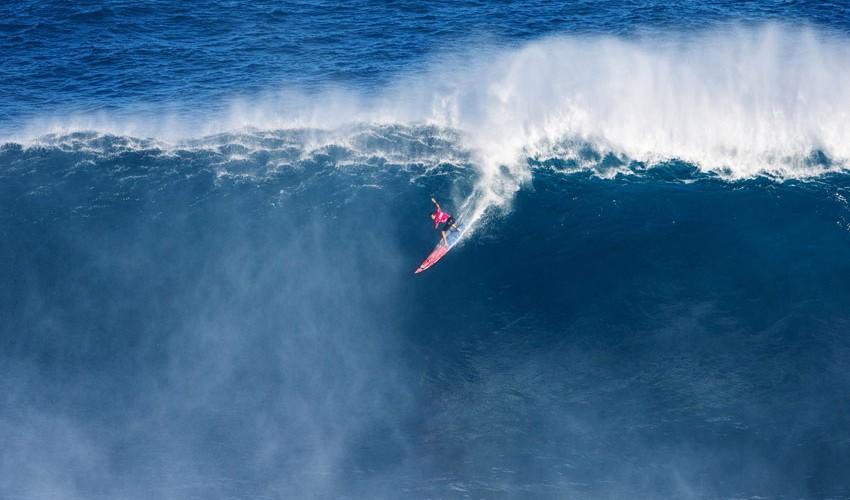En esta foto aparece Billy Kemper, quien fue el campeón del Peahi Challenge, competencia en la que participó la guatemalteca. (Foto: Surfline en Español)